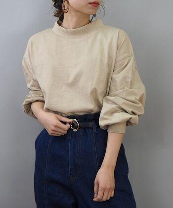 ナチュラルになりがちなベージュカラーですが、ボリュームのある袖が特徴的なデザイントップスなら、トレンド感のある着こなしが楽しめます。