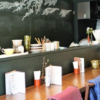 お店は2階建てで、カウンター席とテーブル席があります。一人で落ち着いた時間を過ごすのも良し、家族や友達とお茶の時間を楽しむのも良しです。