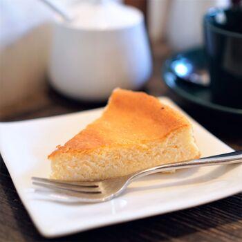 スイーツで人気なのがベイクドチーズケーキ。しっとりした本格的なチーズケーキは、満足感の高い一品!すっきりしたブレンドコーヒーとの相性も抜群です。