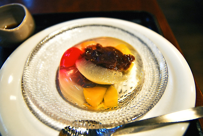 デザートのおすすめは「あんみつ玉」。プルプルのゼリーに包まれた小豆やフルーツが綺麗ですよね。そのままでも、黒蜜をかけても美味しく頂けます。