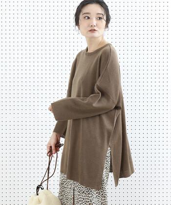 オーバーサイズのブラウンのトップスに、トレンドのヒョウ柄のスカートを。落ち着きのあるカラーなので、印象度が高いヒョウ柄も派手過ぎず上品な印象に仕上がります。