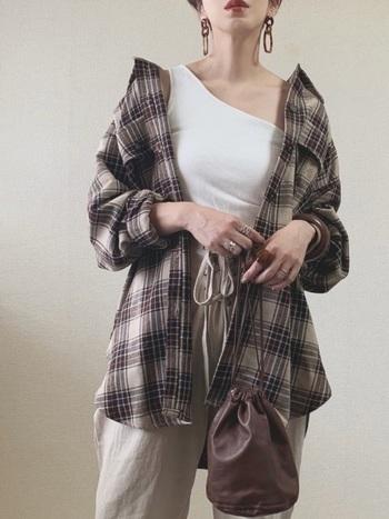 秋の定番、チェック柄のシャツは、持っていると重宝する着回し力の高いアイテムです。シンプルなコーデのアクセントにもなりますよ。