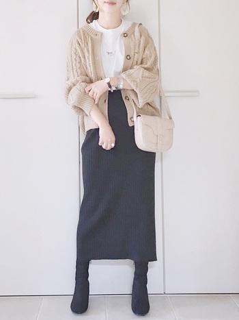 ざっくりニットのカーディガン。ベージュカラーは柔らかな印象を与えるの女性らしいスタイリングにおすすめです。