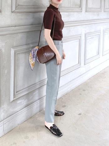 タイトなシルエットのブラウンのニットに、グレーの細身パンツを合わせてスッキリとした着こなしを。オフィスにもOKのキチンと感あるスタイルです。