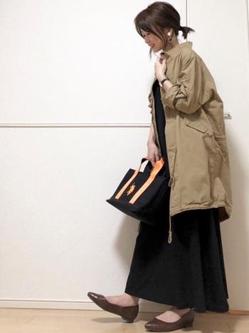 少し肌寒いときに、サッと羽織れるモッズコートがあると便利。よくあるカーキ色より、ライトブラウンのモッズコートなら、大人女性にもすんなり馴染みます。