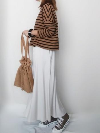 夏に活躍していた白のワンピースに、ゆったりサイズのボーダーTを重ね着。同系色のバッグを持てば秋の気分が盛り上がります。