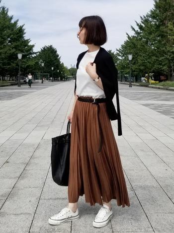 女性らしいブラウン系のロングプリーツスカートには、あえてスニーカーを合わせてカジュアルダウン。40代の大人女性も参考にできる大人カジュアルコーデです。