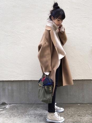 ダークな色を選ぶと暗い印象になりがちなコートも、ライトブラウンなら軽快に着こなせます。ベージュのざっくりニットがよくマッチしていますね。