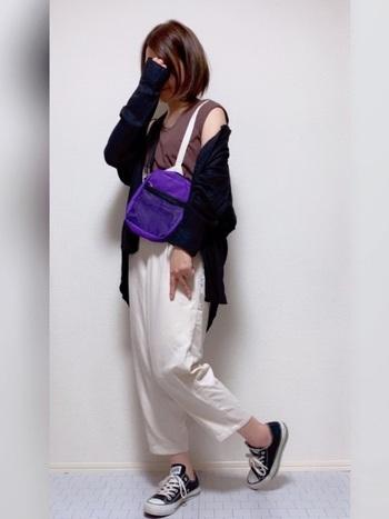 アウトドアもOKのカジュアルコーデ。ブラウンのカットソーに、パープルのバッグがよくマッチしていますね。