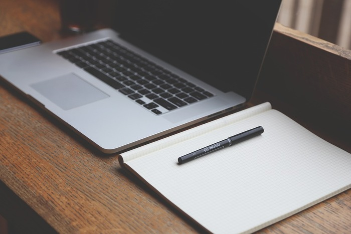 パソコンを使って作業していても、頭の中を俯瞰的にまとめるために、ノートを使ってアナログに見える化してみるのもおすすめです。アイデアを出したり、大きな流れを書き出したり。ノートを使ってみると、いつもと違ったアイデアが見えてくることもあります。違ったアプローチを幾通りも持っていることは、効率的な作業を進めることにもつながります。