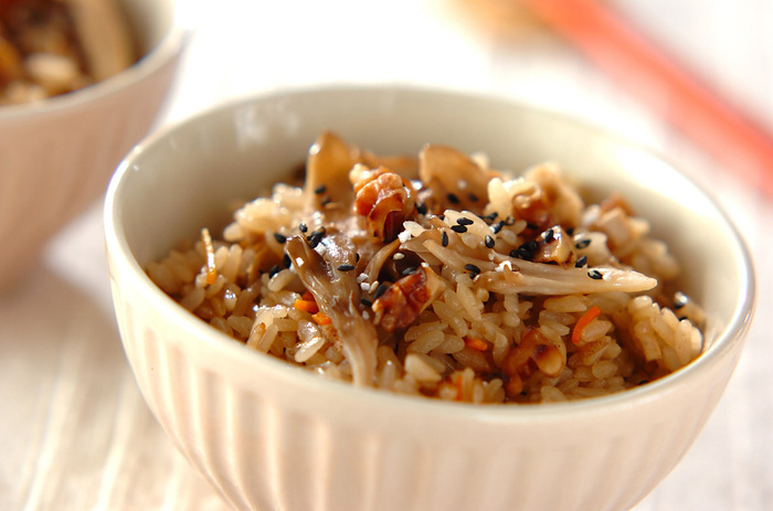 秋といえば、炊き込みご飯が美味しい季節!ご飯の甘辛さと、くるみの香ばしさがベストマッチの一品。この他にも、いろいろな炊き込みご飯で応用できそうです。