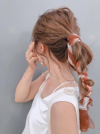 紐やリボンの代わりに、スカーフを巻きつけてもオシャレ。 ポニー部分にねじるようにしながらラフに結んでみましょう。 シンプルコーデのワンポイントにもなってくれますよ。