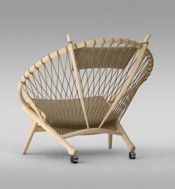ウェグナーの椅子のなかでも、ひと際華やかでデザイン性に優れた椅子が「サークルチェア」。放射状に広がるロープで軽快に仕上げられています。