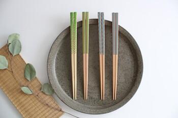 「Yabaneami」「Arashibori」など、江戸の柄がモチーフ。国産の天然木を使用しているので、一つひとつ色味や木目の出方が異なり、それも味。箸先はザラザラとした質感になるように処理がされていて、麺や煮豆などのツルツルしたものもつまみやすくなっています。