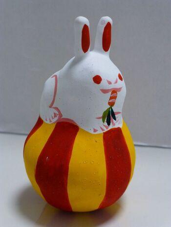 琉球張子は、昔から作られていた沖縄の郷土玩具で、南国らしいカラフルな色使いが特徴です。懐かしく心和む、素朴で明るい色使いの琉球張子は、現代のインテリアとして和洋どちらの部屋にも似合いそう。
