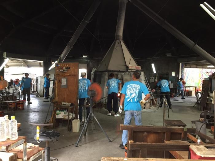 沖縄本島の最南部、糸満市にある「琉球ガラス村」は、県内最大の手作りガラス工房で、1,300℃の窯やガラス職人さんの技を見学できたり、琉球ガラスの制作体験もできる、人気の観光スポット。手作り体験は、大人も子供も気軽にチャレンジできる、所要時間5分のものからあるので、旅行の想い出に世界で1つだけのオリジナル琉球ガラスを作ってみてはいかがでしょうか。