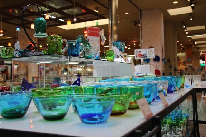 厚手の多彩な色合いや気泡が美しい琉球ガラス。併設されているショップには、ワクワクするような素敵な琉球ガラスがいっぱい揃っていて、つい買い過ぎてしまいそう。