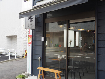 若林駅から徒歩約6分のところにある「CAFE SIX」は、コーヒー通の方々の間でコーヒーが美味しいと評判の良いカフェスポットです。