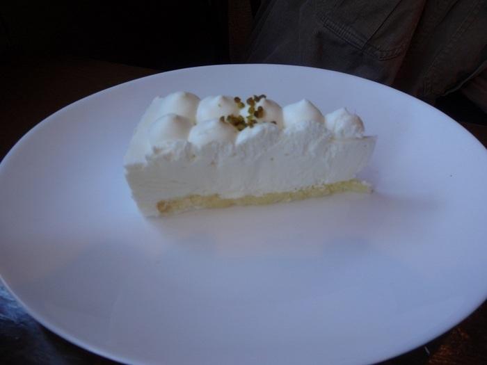 ケーキも様々な種類があってどれも美味しそうなので悩んでしまいます。店内にあるショーケースを覗きながら選ぶのも良いですね。レアチーズケーキは甘さ控えめでちょっと酸味のあるさっぱりしたお味。珈琲に合う優しい味わいが特徴的です。