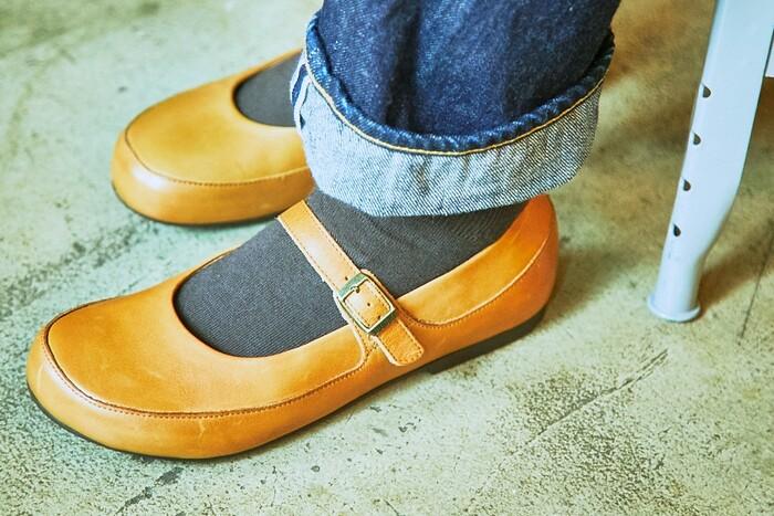 一度履いたらやみつきになるほどに、履き心地がよいのが「ビルケンシュトック」。医療用サンダルをルーツに持つ老舗ブランドの確かな技術は、履き心地に不安のあるレザーシューズにおいても、快適な履き心地を実現しています。その秘密は、足裏にぴったりとフィットする独自のフットベッドにあります。お馴染みのサンダルにおいてもその機能性を十分に発揮していますが、シューズはかかとがある分、安定的な履き心地を実現しています。