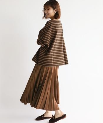 ブラウンのプリーツスカートに、ビッグサイズのボーダーTを合わせた、大人カジュアルコーデ。落ち着きある色合いで、季節感を存分に楽しめます。