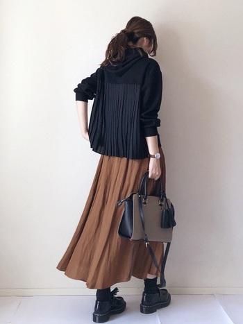 黒×茶色の甘辛MIXコーディネート。ふわっと風になびくブラウンの柔らかフレアスカートに、デザイン性のある黒のバックプリーツパーカーが相性抜群!メリハリある色合いの組み合わせが新鮮です。