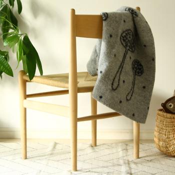 お部屋の椅子やソファーに、掛けておきたいミニサイズのブランケットもおすすめです。ウール素材のものを置いておくと、足元が肌寒いときや、さっと羽織りたいときにすぐに使えます。秋の夜長のお供にもなりそうですね。