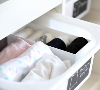 片方が行方不明になったり、ぐちゃぐちゃになったりしがちな靴下はケースを使って仕切るのが◎靴下の幅に合わせたサイズのケースを選べば、乱れにくくスッキリ並べられますよ。