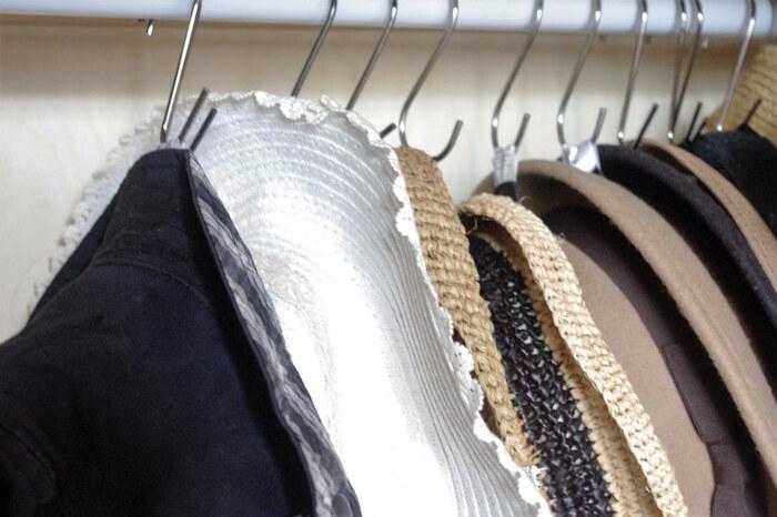 つばがついた帽子をたくさん持っているなら、こちらのようにフックに引っかけて収納するのがおすすめ!タグの部分にS字フックを通して突っ張り棒やクローゼットのポールに掛けられるだけで、スマートに収まります。キャップの収納にも◎