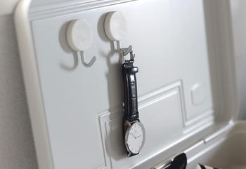 フックを使って腕時計を引っかけ収納にするアイデア。こちらは金属製の工具箱とマグネットフックを使っています。好きな場所に好きな数だけ取り付けられ、腕時計を見せる収納にしたい時にも◎
