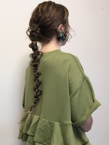 スーパーロングヘアの方は、ねじりながら細かい感覚で紐を絡めても良いですね。 うねりを意識しながら、細めの紐を使うと華奢で女性らしい仕上がりに。