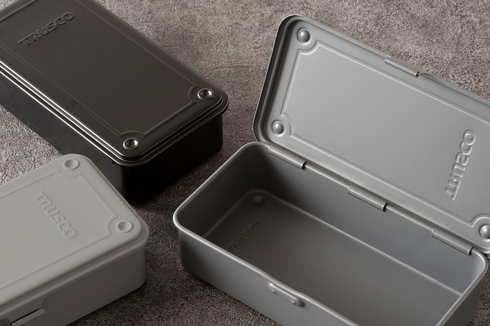 ちょっと武骨なシンプルさがいかにも実用的な工具箱を思わせる、手頃なサイズのツールボックス。MADE IN JAPANならではの精巧さと頑丈さを備えつつ、スタッキングしても美しいデザインになっています。開け閉めも軽くてスムーズなので、よく使う日用品を収納するのにもぴったりですよ。