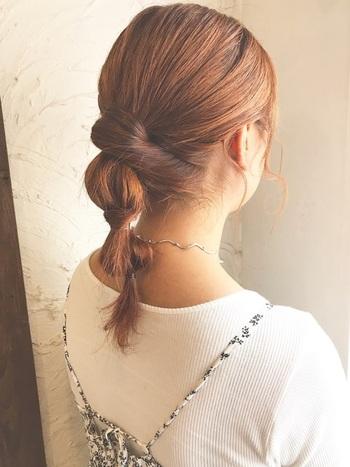 こちらは、ねじりポニーに襟足の毛束をねじりながら根元に巻きつけたアレンジ。 髪の量が多い方は、こんな風にバランスを調節すると良いですね。