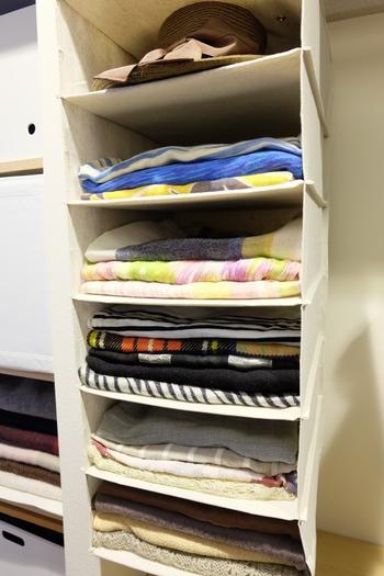 シャツなどを入れるためのクローゼットの吊り下げ収納に畳んだストールを重ねてしまっています。色別や素材別に仕分けることができるのが大きなメリット。家族分のマフラーをしまいたい時にもおすすめの方法です。