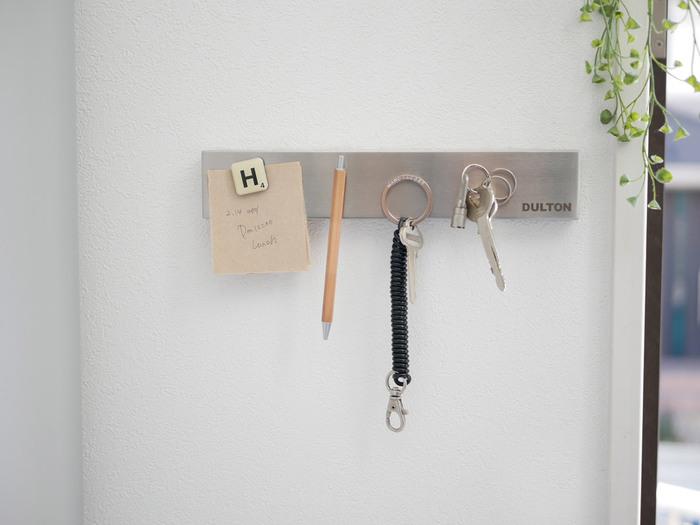 鍵を靴箱の上に置くよりは、壁にかけると掃除もしやすいですね。フックに引っ掛けたり、マグネットにくっつけてもおしゃれ。吊すとごちゃついた印象になりやすいので、主張しすぎないシンプルなアイテムを選ぶのがポイント。
