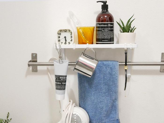"""歯ブラシ、歯磨き粉、コップ、ドライヤーなど、洗面台で使うものはいろいろあります。忙しい朝はできるだけ身支度に時間をかけたくありませんね。""""やっぱり出してあると便利""""そんな時は、収納グッズを使って収納して洗面台に置かないようにしましょう。"""