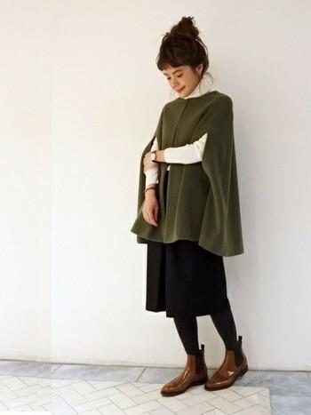 金曜日はとびきりおしゃれなパンツスタイルに。シックな色使いと品のよさを感じるケープコートが素敵ですね!白のインナーのおかげで軽さとヌケ感が出ているのがポイント。これからの季節、短め丈のガウチョパンツには、ウール素材やデニールの濃いタイツ、レッグウォーマーなどの小物を合わせると、暖かく見えてかわいいですよ。