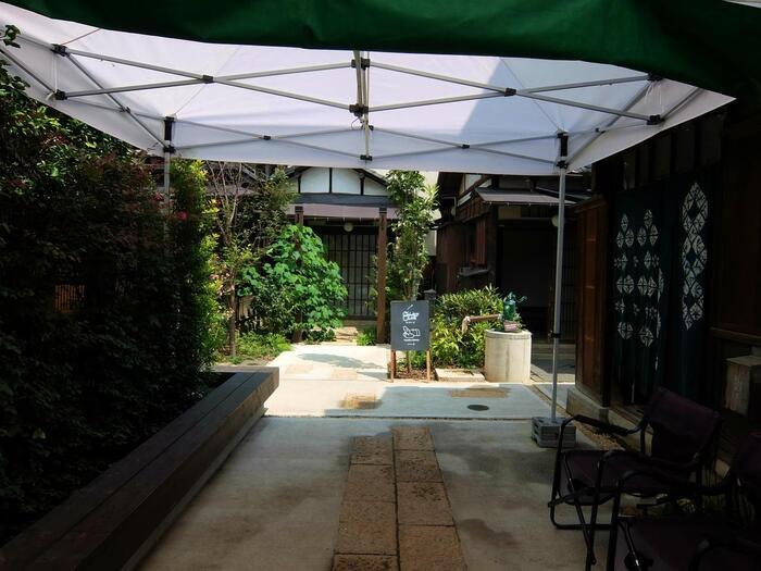 """【上野公園と谷中町、根岸町に挟まれた""""上野桜木町""""は、江戸期から明治中期まで、寛永寺の境内だった歴史ある土地。現在もその半分以上は、寛永寺の敷地となっている。  (画像は、上野桜木町の人気スポット「上野桜木あたり」。昭和初期に建てられた3軒の家が路地で繋がれたこの空間は、""""天然酵母のビアホール、手作りパン、塩とオリーブオイルのお店とクリエーターの住居などが集まる、複合施設""""で、地域の人のみならず、来訪者の誰もがここで繋がり、楽しめる場所として機能している。  施設内には、「カヤバ珈琲」の姉妹店「カヤバベーカリー」が入っている。「カヤバ珈琲」から徒歩3分。散策の寄り道にお勧め。】"""