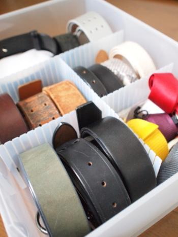 収納ケースの中を仕切ってベルトを種類ごとに収納するアイデア。巻いたベルトを立てることで、デザインや色が分かりやすく、目的のものをすぐに見つけられます。