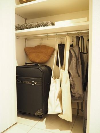 クローゼットにポールを取りつけ、S字フックを使ってバッグを引っ掛けるアイデアです。よく使うバッグを収納したい時におすすめの技。仕事や習い事の道具が入ったままのバッグをしまいたい時にも◎
