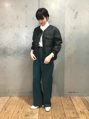 秋らしい深みのあるカラーパンツをアクセントカラーに、トップスをモノトーンで大人っぽくまとめたスタイル。ブラックと白いハイネックは相性抜群です。太めのパンツとキルティングジャケットのボリューム感が好バランス。