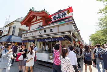 浅草寺に向かう仲見世通りには数店の人形焼店がありますが、明治元年(1868年)創業の「木村家本店」は、その元祖と言われています。
