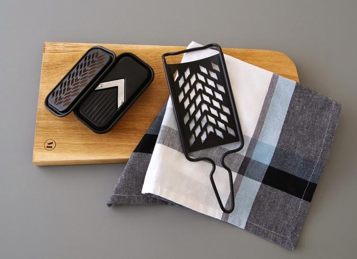 最後にご紹介するのは新潟県のプロダクトブランド、『FD STYLE(エフディー スタイル)』の素敵なおろし器です。こちらも新潟県・燕市の伝統技術とモダンなデザインを融合した、スタイリッシュで機能的なキッチンツール。スライサー&グレーターのミニセットもオロシも、どちらもステンレス製でフッ素加工が施されているので、水で洗うだけで汚れが落ちて毎日のお手入れも簡単です。