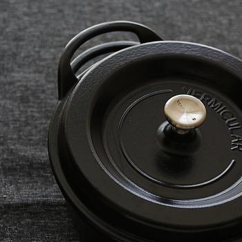 ホーロー鍋は、鉄やアルミなどにガラス質の釉薬を焼き付けてコーティングした鍋のこと。におい移りしにくい、腐食しにくい、高い保温性、耐摩耗性などの特徴があります。  じっくりと火を通すため、素材本来の味が際立ち最低限の味付けでもおいしい仕上がりになります。
