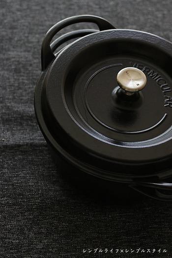 バーミキュラは、日本のホーロー鍋ブランド。0.01ミリ単位の加工技術を持ち、高い密閉性が特徴です。無水調理が得意な鍋で、食材本来の味を引き出す煮込み料理にもぴったりです。  また、つまみの部分も金属製なので、そのままオーブンに入れて調理することができます。使いやすく料理の幅が広がる逸品です。