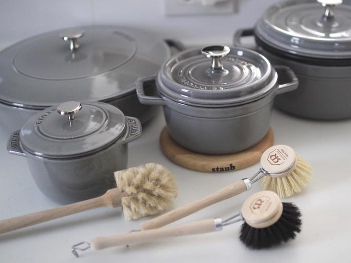 プロの料理人や料理好きさんに人気のホーロー鍋。使ってみたいけれど、使いこなせるのか、お手入れはどうしたら良いのかお悩みの方は多いのではないでしょうか。  一度使うと、その料理の仕上がりにまた使いたくなる。そんな魔法のお鍋であなたも料理してみたいと思いませんか。今回は、その特徴や使い方、おすすめブランドまでたっぷりとご紹介します。ぜひホーロー鍋選びの参考になさってくださいね。