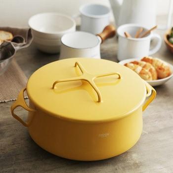 北欧デザインをキッチン用品に落とし込んだ「ダンスク」。目を惹く素敵なデザイン、カラーでギフトにも最適です。  蓋は、「コベンスタイル」という鍋敷きにもなるデザイン。美しさと機能性を兼ね備えています。鍋全体がホーロー製のため、オーブンにそのまま入れることもできますよ。