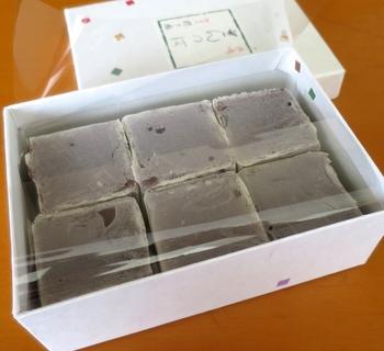 こちらのお店で1番人気なのが「きんつば」です。北海道十勝産の小豆を上品な甘さに煮上げた自家製あんに薄い小麦粉の皮をまとわせ、しっとりした質感が特徴。