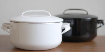野田琺瑯も日本を代表するホーロー製品ブランド。こちらは、NOMAKU(ノマク)というホーロー鍋です。無駄を省いたシンプルなデザインは、山田耕民氏によるもの。職人さんの手仕事によって生み出される温かみと、レトロな佇まいが魅力です。