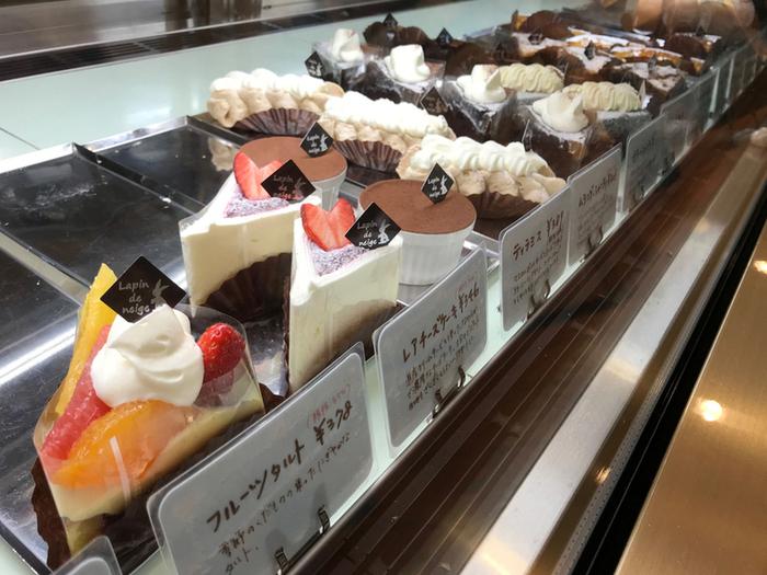 北海道産のミルクやバターをいかしたフレッシュなケーキがいっぱい。チーズケーキやショートケーキ、シュークリームなどの定番はもちろんのこと、季節のフルーツを使ったタルトも人気。「いつ来ても、何を食べてもおいしい」と評判なのです。